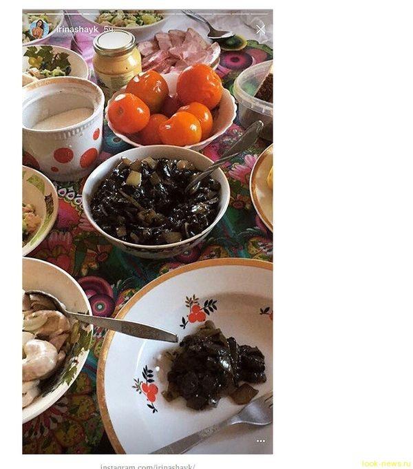 Родные просторы: Ирина Шейк с бабушкой и курами отдыхает в Башкирии