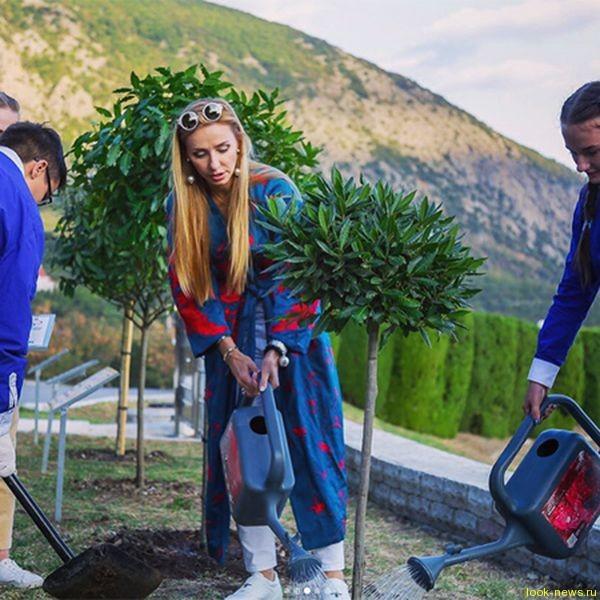 Татьяна Навка с мамой отдыхает в Крыму и сажает деревья