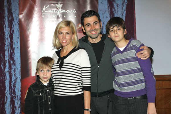 Фото Алёны Свиридовой с мужем и сыновьями